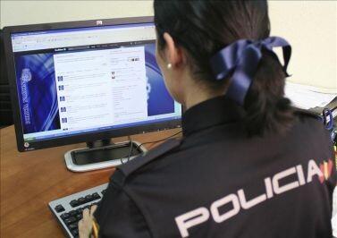 Una agente especializada en delitos informáticos investiga en la red/cnp