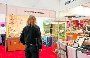 Un policía patrulla por una zona de venta de productos navideños