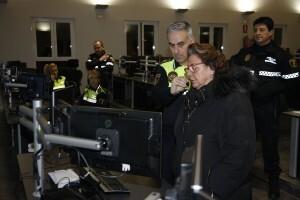 Barberá conversa con un agente de servicio en la central de la Policía Local/ayto vlc