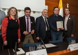 Javier Furio, webmaster de VLC Ciudad, y Paco Varea, Responsable de Contenidos de VLC Ciudad, en el momento de recoger el premio/Isaac Ferrera