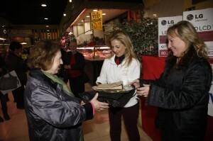 Un momento de la entrega de regalos por el 50 aniversario del Mercado de Ruzafa/ayto vlc