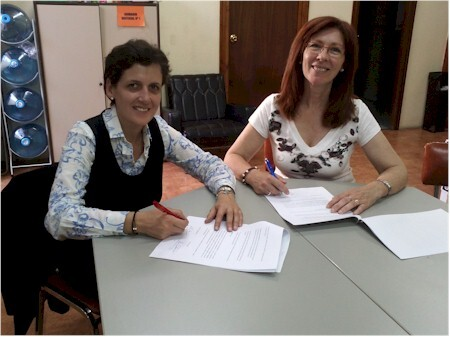 Remei Santacatalina, a la derecha, en la firma de un acuerdo