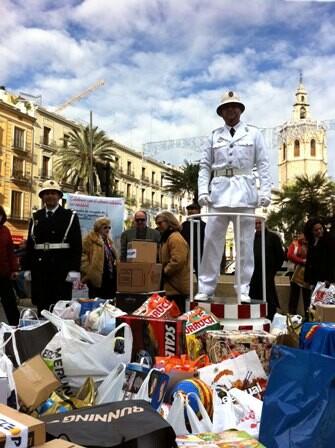 Dos guardias urbanos con alimentos en la pasada edición en la plaza de la Reina/plv