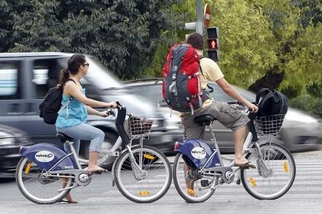 Dos jóvenes en dos bicis del servicio de Valenbisi