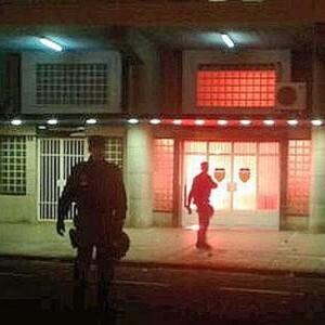 Varios policías en la zona de Mestalla