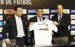 El nuevo entrenador con la camiseta del club con Braulio Vázquez y Manuel Llorente/valencia cf