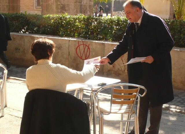 Joan Calabuig reparte folletos con las propuestas del PSPV para Velluters/gmspspv