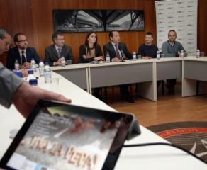 Un momento de la firma con los artistas falleros Ceballos y Sanabria en la VIU/VIU