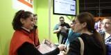 Una operaria de la EMT explica las ventajas a una visitante del pabellón de Expojove/emt