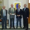 El presidente de la EMT y el gerente con los directivos de Casa Caridad entregando el donativo/emt
