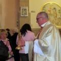 El párroco ofrece la reliquia para su veneración a los fieles en el acto del año pasado/Carmen Soler Alba