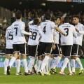 Los jugadores del Valencia CF se felicitan en su partido contra Osasuna
