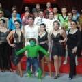 Javier Turiel de blanco en el centro del grupo/circo wonderland