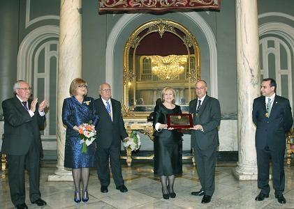 La nueva Honorable con el edil de Fiestas y presidente de la JCV y la saliente, Encarna Mestre/Manolo Guallart