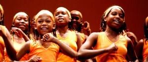 El grupo de niñas del coro de la fundación llega al contenedor cultural del barrio de San Marcelino/fundación