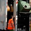 Dos operarios recogen la basura en una calle de una ciudad