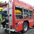 Un bombero sube la parte posterior de un vehículo