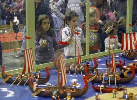 Un grupo de niños contemplan el gran escenario de playmobil/marcelo ullua