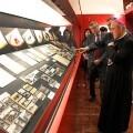 Lola Johnson con el arzobispo en la inauguración de una exposición/archivalencia