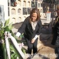 Lourdes Bernal coloca la corona de laurel a Mariano Benlliure en el Cementerio del Cabanyal