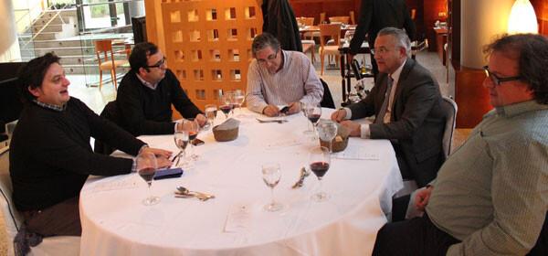 Miquel Domínguez, departiendo con Paco Varea, Manuel Furió, José Antonio Garzón y Julio Valero
