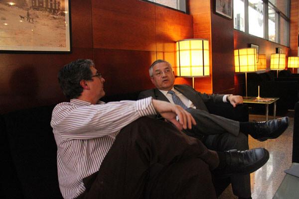 Miquel Domínguez, departiendo con Paco Varea