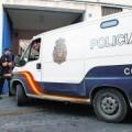 Un vehículo de la policía entra en un edificio policial
