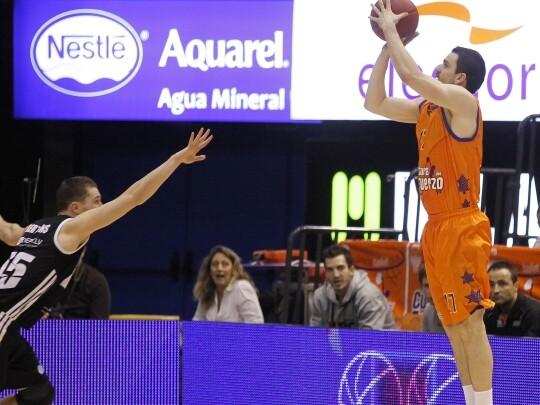 Rafa Martínez suma y sigue en el Valencia Basket como mejor triplista/M. Angel Polo