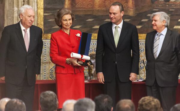 La Reina con el galardón en la mano que le entrega la Fundación Manuel Broseta junto al presidente de la Generalitat Alberto Fabra/Isaac Ferrera