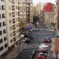 Una calle de Ruzafa junto al mercado y la iglesia