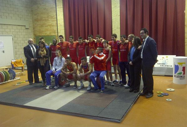 La mayoría de componentes del equipo Sub-16 en el torneo de Navidad en La Creu del Grau / VLC Ciudad