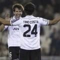 Albelda felicita a Tino Costa por su gol. FOto: ValenciaCF