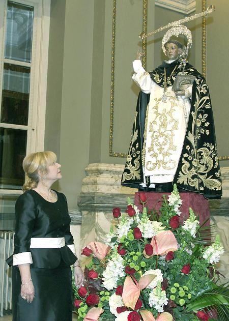 Carmen Lapuente contempla la imagen de San Vicente Ferrer en el salón de Cristal/Manolo Guallart