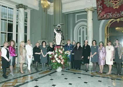 Las Honorables Clavariesas de ejercicios pasados posan con la nueva ante la imagen de San Vicente Ferrer/Manolo Guallart
