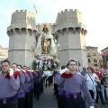 Un grupo de portadores lleva a la imagen peregrina de la Virgen de los Desamparados/manolo guallart