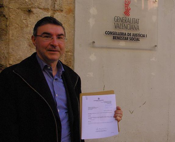 El concejal Pedro M. Sánchez enseña la petición que ha entregado en el registro de la Generalitat/gms