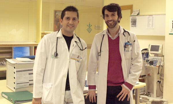 Juan Carlos Ferrer, endocrinólogo a cargo de la Unidad de Diabetes y Marco Fernández, residente de Medicina Interna