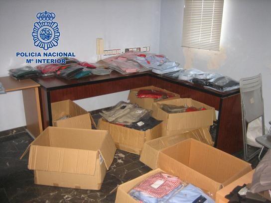 Cajas con ropa falsificada de las miles que se han aprehendido/cnp