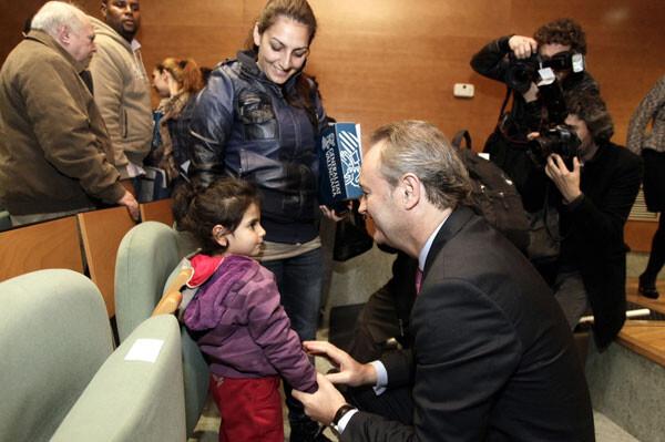 El Presidente del Consell saluda a una niña en la entrega de viviendas