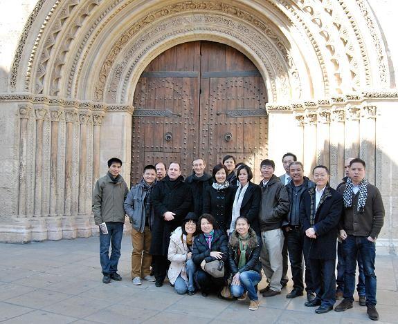La foto de la familia se la hicieron delante de la puerta románica/avan