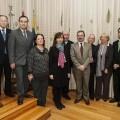 La cónsul de Perú enmedio con los demás compañeros de otros consulados y directivos de la Academia/Isaac Ferrera