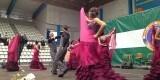 Un grupo baile en el escenario