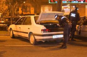 Un agente del GOE de la Policía Local inspecciona un vehículo/plv