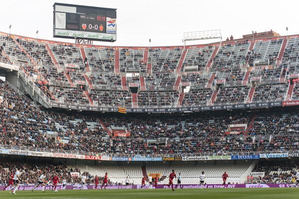 Una gran mancha blanca se vió en el estadio por la ausencia de los de la Curva Nord/Isaac Ferrera