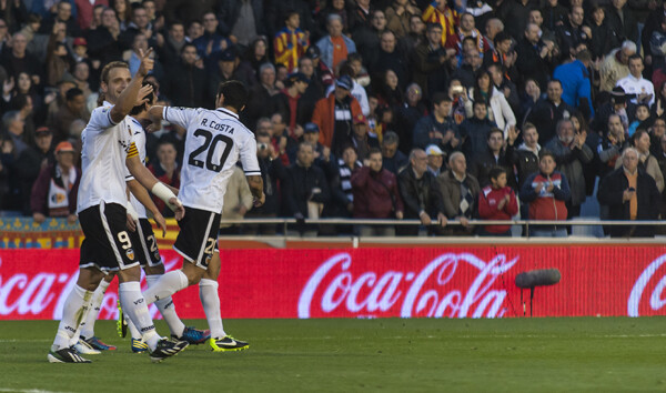 Soldado y Ricardo Costa celebran el segundo gol del Valencia CF. Foto: Isaac Ferrera.