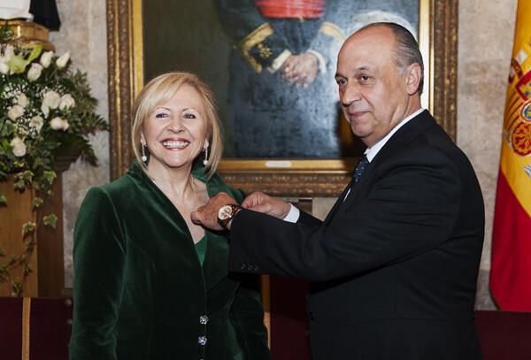 El presidente de la Junta Central Vicentina, Francisco Lledó, le impone la insignia acreditativa como Honorable Clavariesa, a Carmen Lapuente/Isaac Ferrera
