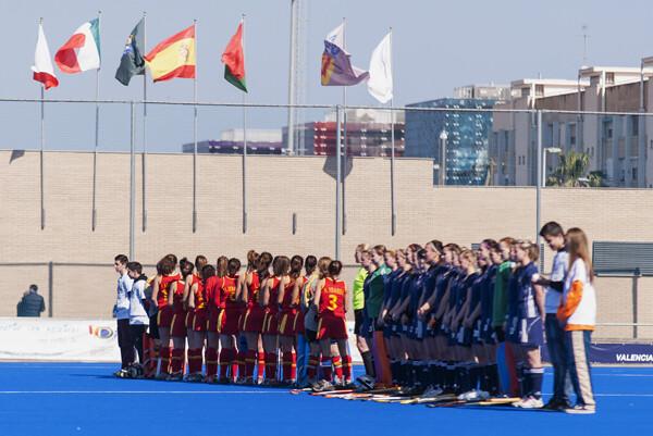 Los dos equipos de España y República Checa al inicio del encuentro/Isaac Ferrera