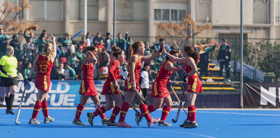 Las jugadoras de la selección festejan el triunfo en la pista azul/Isaac Ferrera