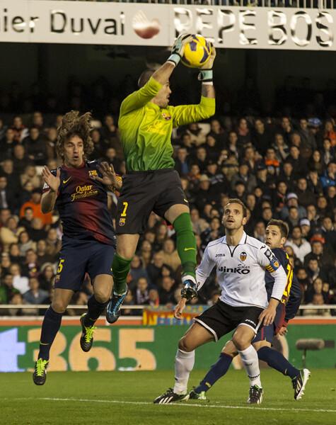 Soldado mira como el portero del Barcelona atrapa el esférico/Isaac Ferrera