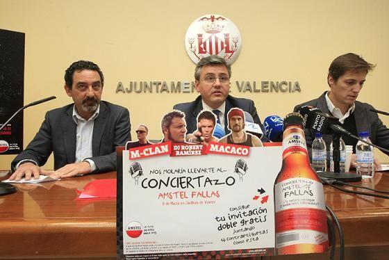 El concejal de Juventud, Cristóbal Grau, con el dirigente de Amstel y el de la Cadena 100/manuel molines